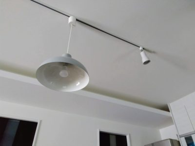 リビングの天井のダクトレールの写真