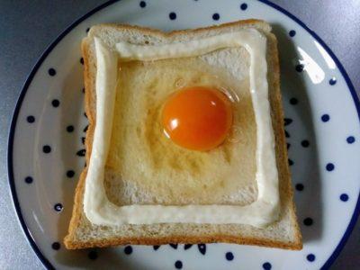 食パンにマヨネーズと卵