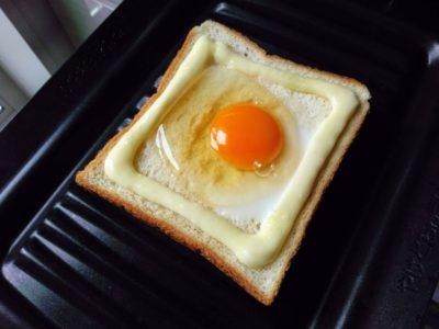 卵マヨトーストをトーストする